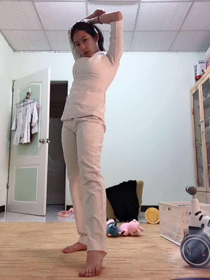 這名辣媽護理師將8年前的制服重新拿出來穿,好身材讓網友稱讚。 圖/翻攝自「爆廢公...