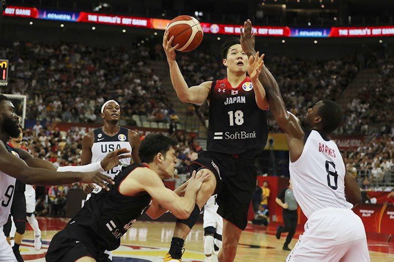 馬場雄大(右二)是出身於筑波大學,日本純本土國家後衛,在世界盃籃球賽對美國之戰攻...
