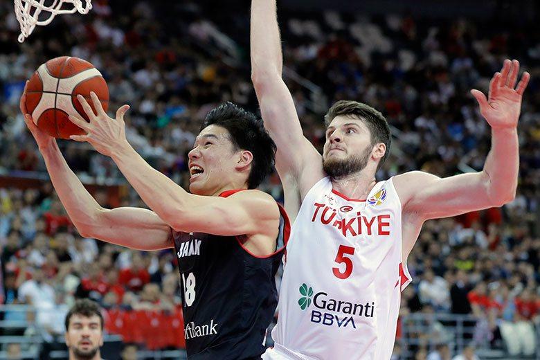 馬場雄大(左)屬於在NBA非常吃香的3D型球員,而且可以打3個位置,非常適合獨行...