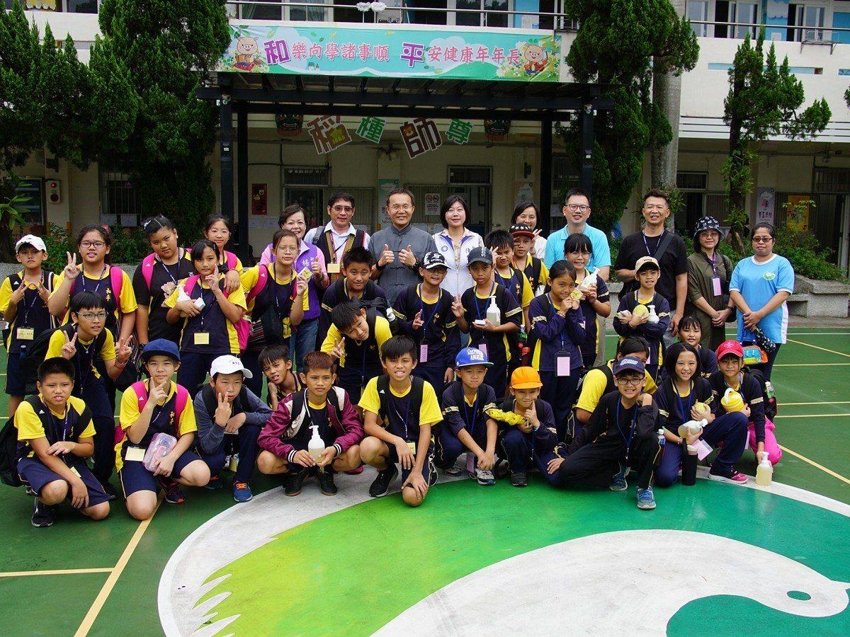 花蓮和平國小到了石碇區和平國小進行交流參訪,兩校小朋友在活動中認識彼此的文化特色...