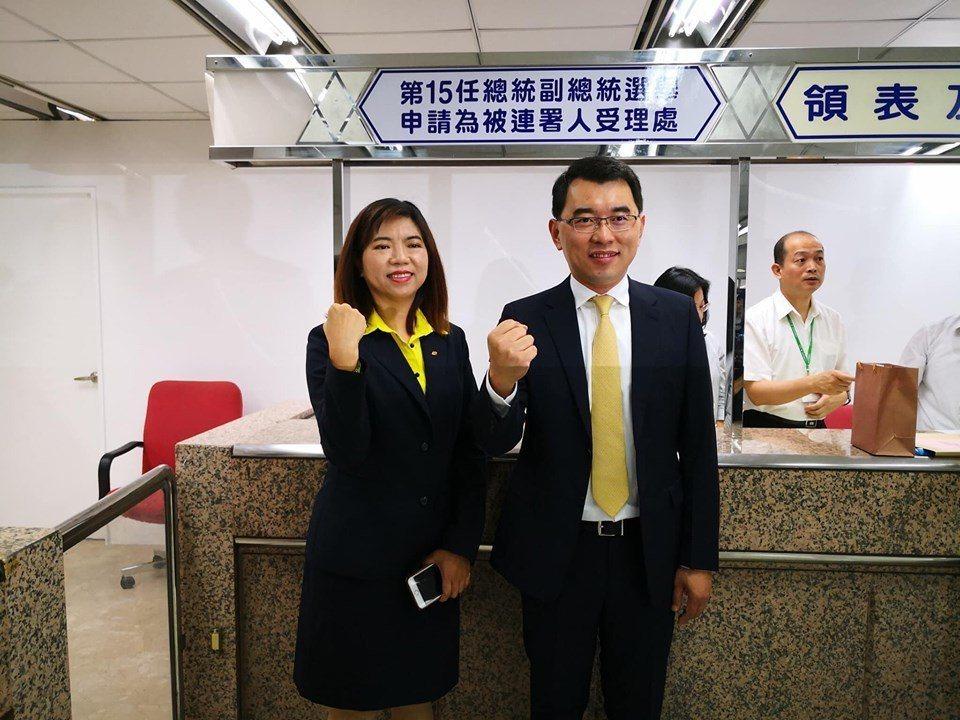 楊世光和副手陳麗玲,17日完成第15屆總統副總統的登記。取自臉書
