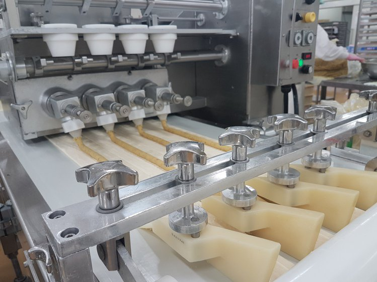 位於大阪的日本阪急麵包工廠是日本最大的冷凍麵團廠。記者何雅玲/攝