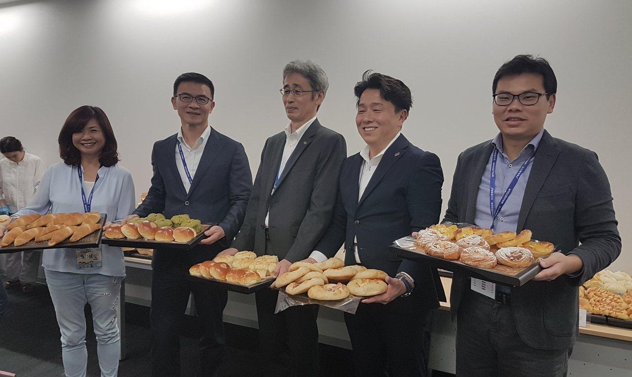 全聯副總賴淑子(左一)、營運長蔡篤昌(左二)造訪日本阪急麵包廠,與阪急麵包株式會...