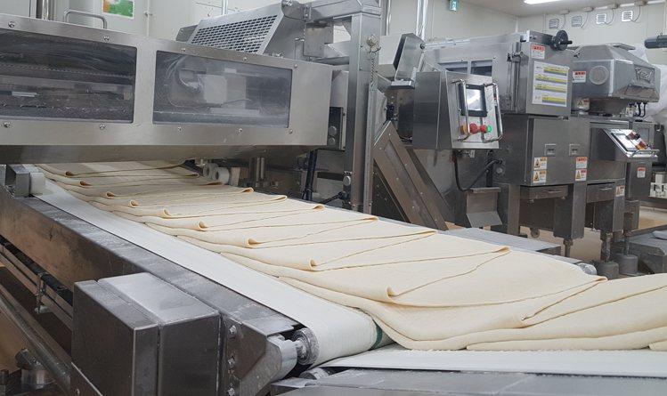 日本阪急麵包工廠千層麵包(HM LINE)自動冷凍麵團產線。記者何雅玲/攝