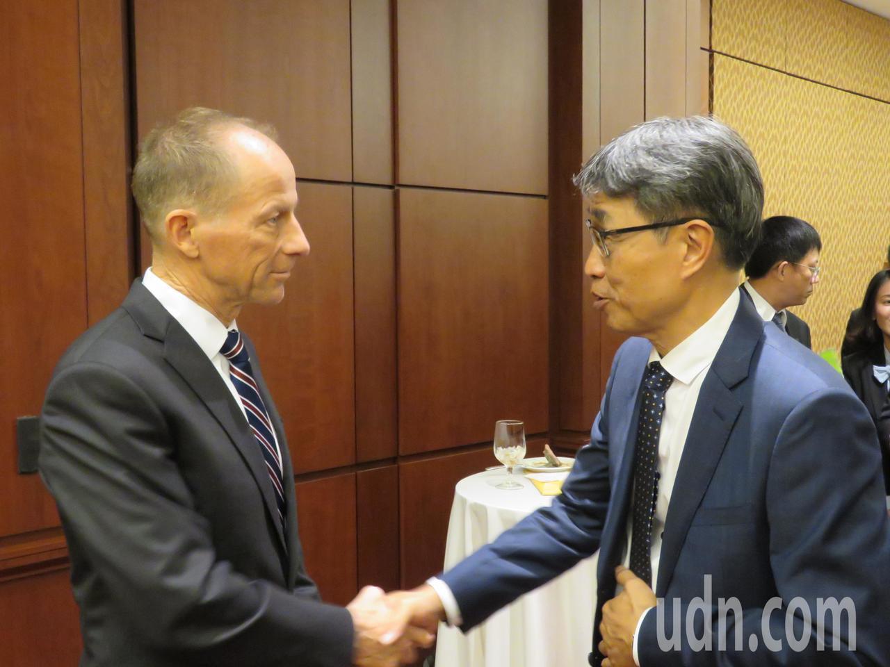 美國國務院亞太助卿史達偉(左)18日出席「農產品貿易赴美友好訪問團」在國會舉行的...