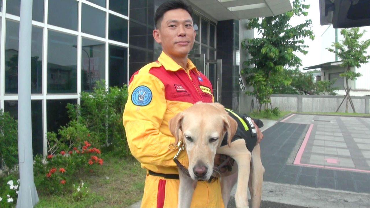 被海關緝私犬中心淘汰的Colin,經搜救犬隊調教,成為南台灣第一隻通過聯合國認證...