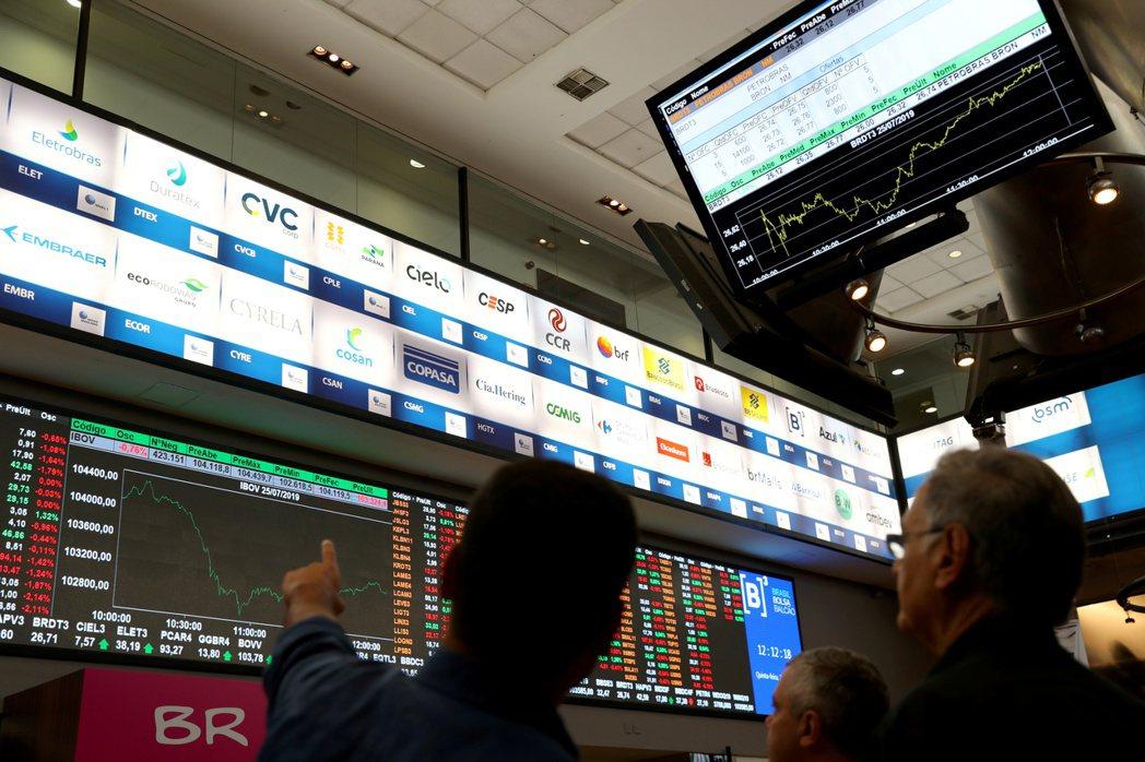 聖保羅的巴西B3證券交易所內,電子看板顯示市場行情。   (路透)