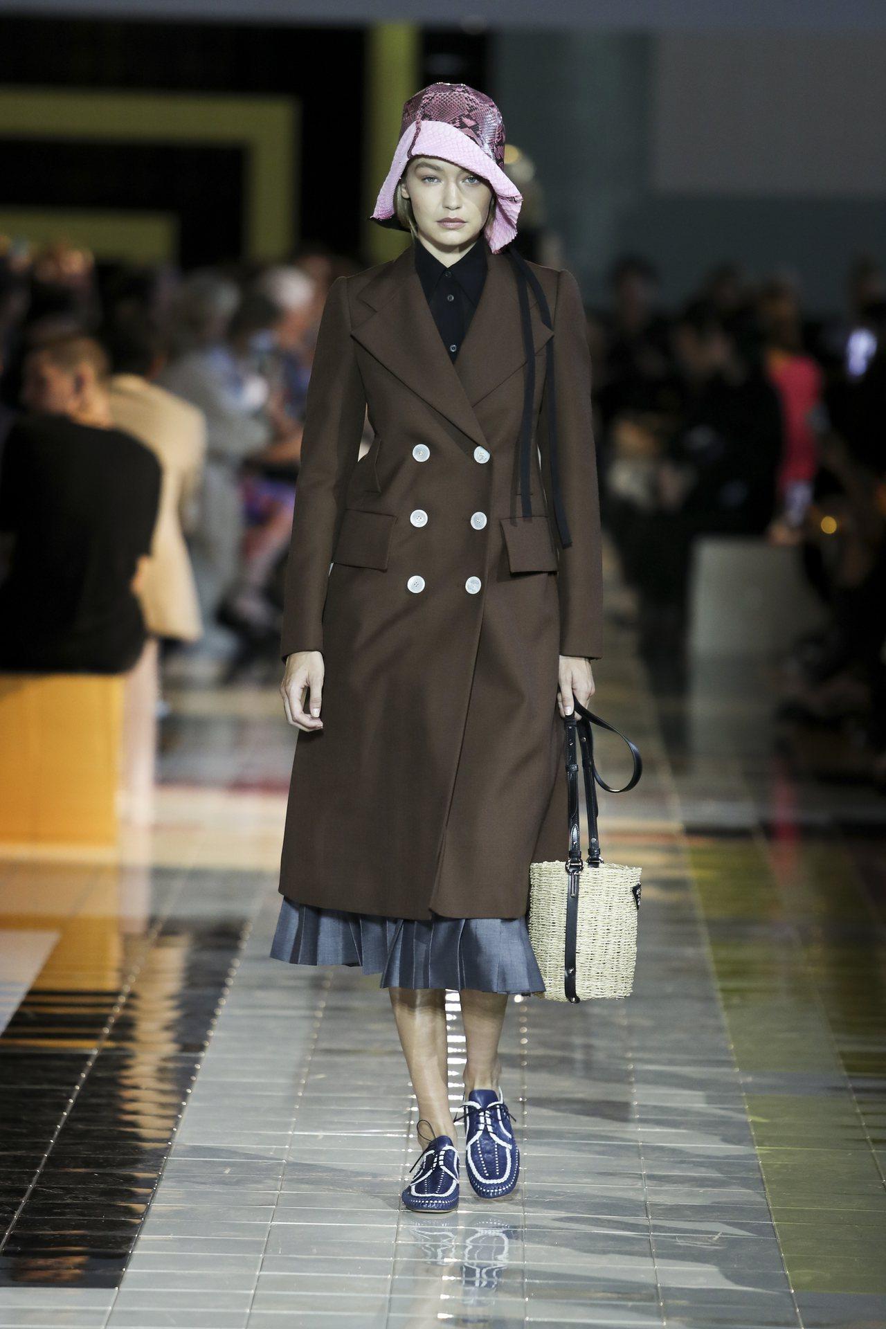 2020春夏系列探討純潔、直率、本能,傳達超越時尚的女性力量,強調「服裝的定義本...