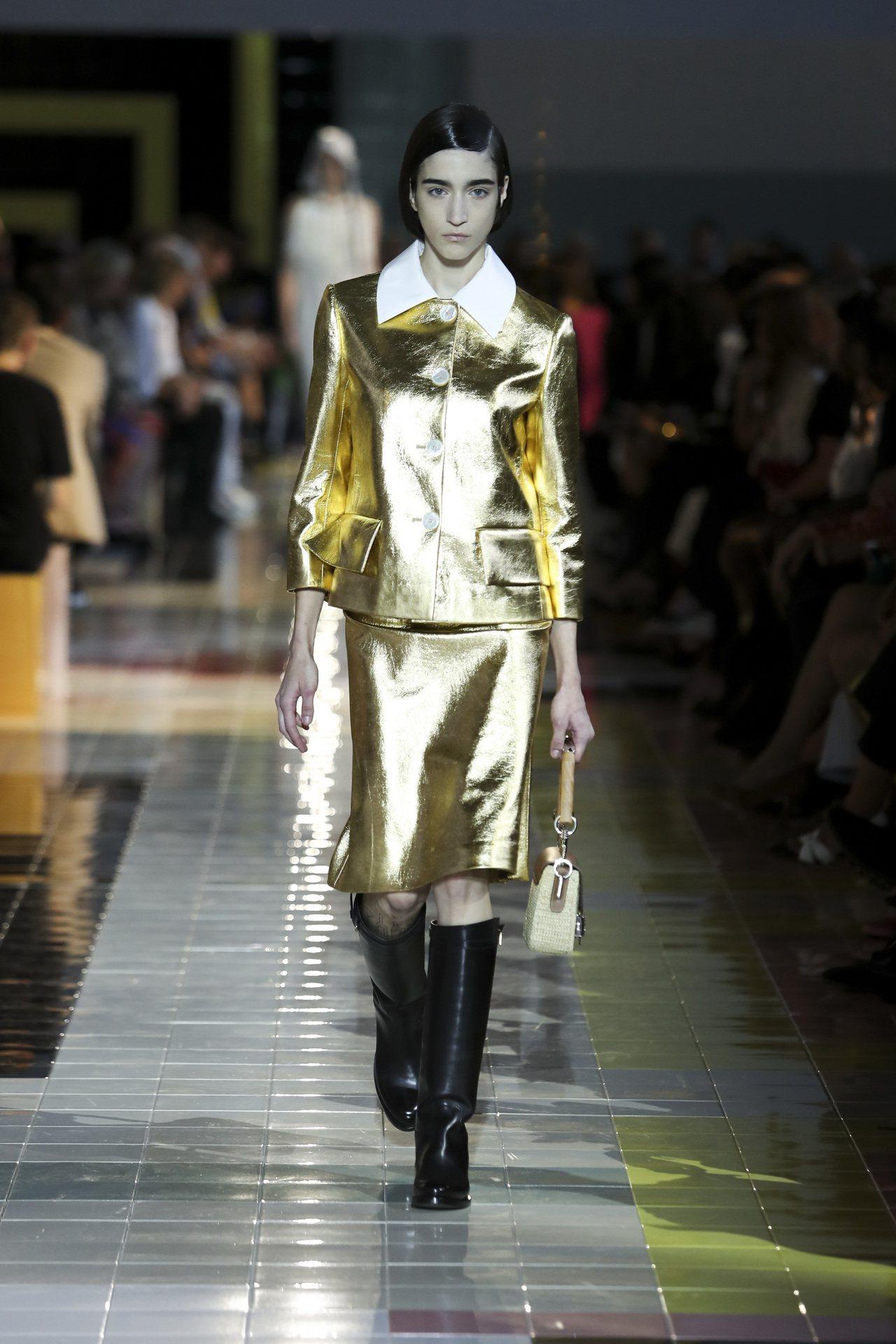 大領片裙裝套裝在端莊中注入可愛搞怪的性格。圖/PRADA提供