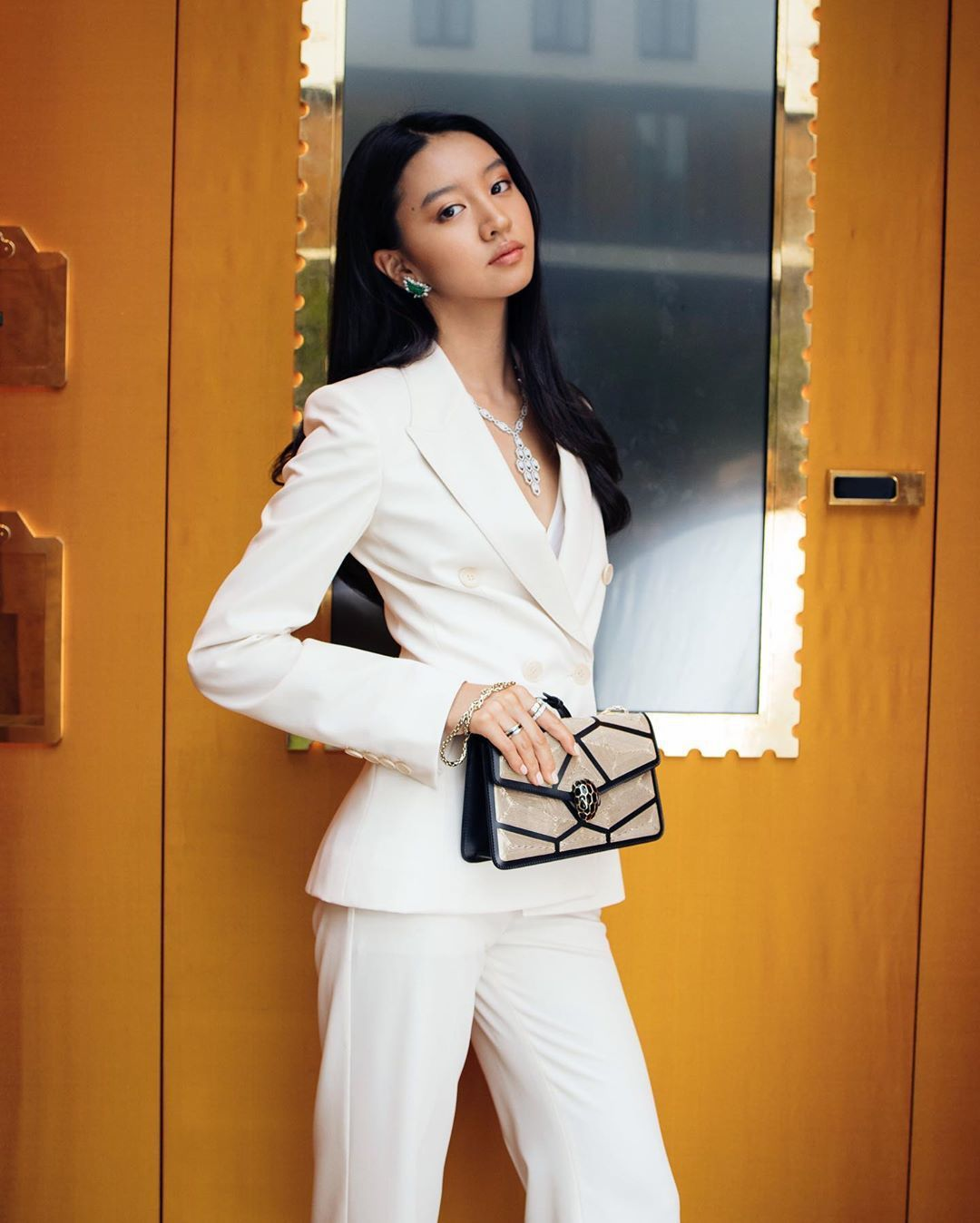 寶格麗品牌大使木村光希以一身帥氣白西裝造型現身,搶先一睹眾多嶄新包款。圖/摘自品...