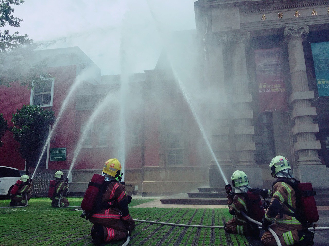 台南市歷史古蹟多,消防人員進行古蹟滅火訓練。記者黃宣翰/翻攝