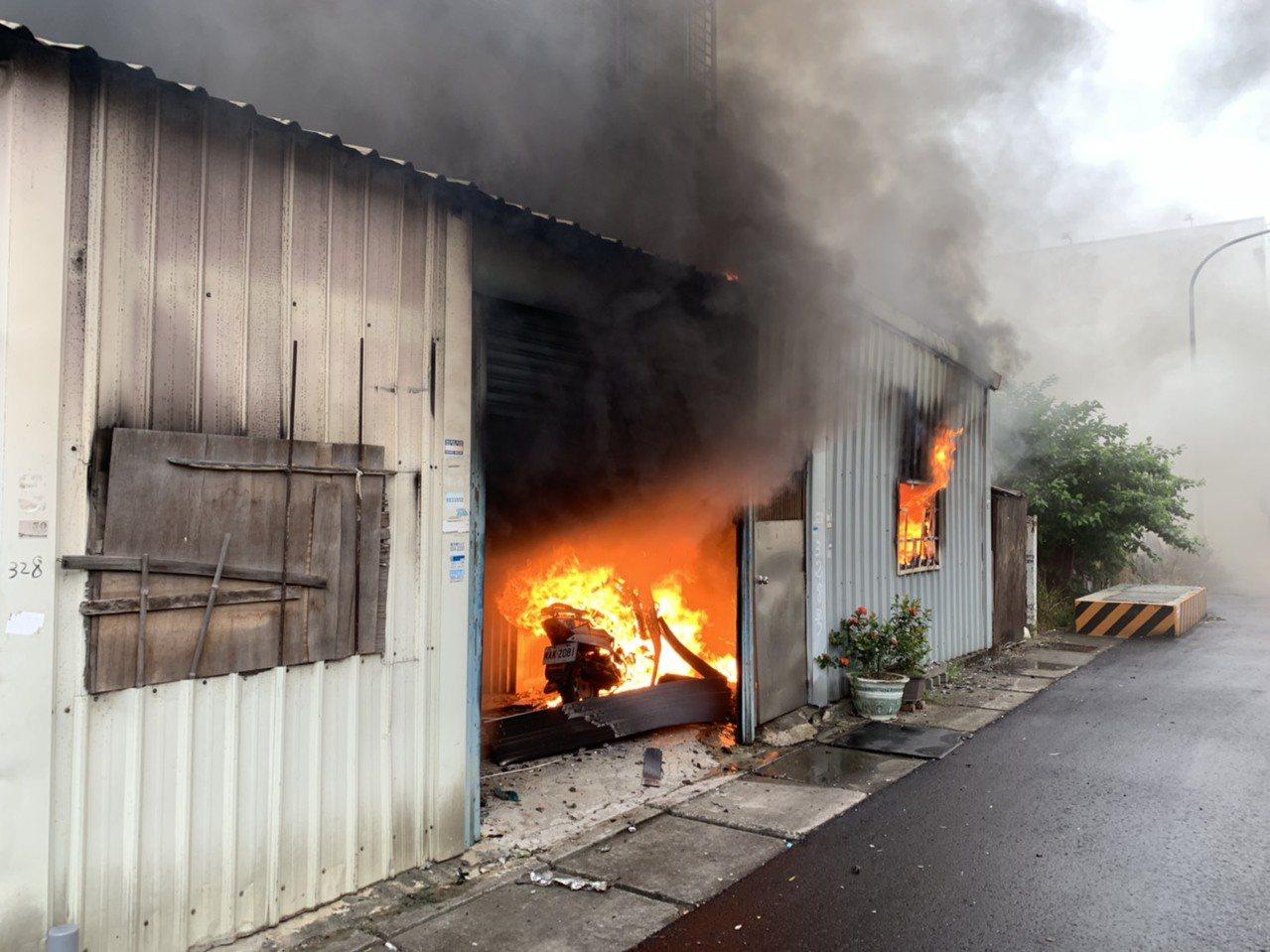新竹縣湖口鄉德興路上的一處民宅今天上午8時25分發生火警,所幸住戶3人已安全撤出...
