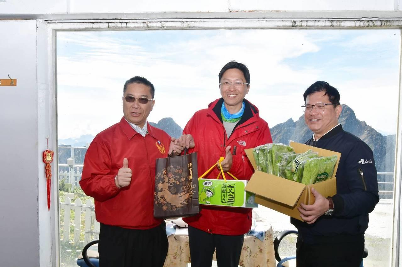 交通部長林佳龍(右)與內政部長徐國勇(左)慰勞玉山北峰氣象站人員。圖/內政部提供