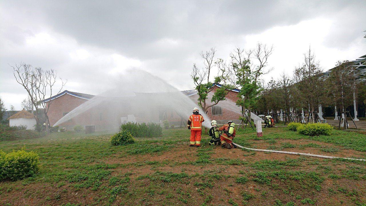 桃園市政府消防第二大隊於農業博覽會現場實施搶救演練。記者高宇震/翻攝