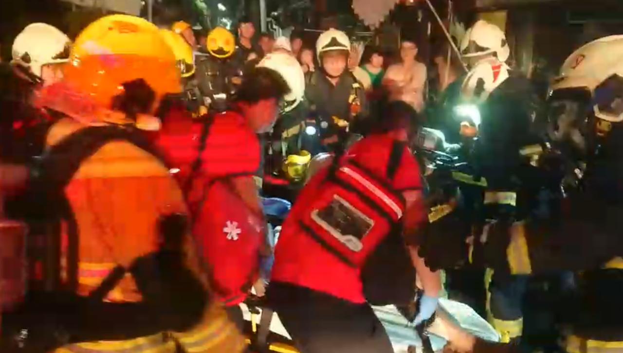 嘉義市溪興街一處公寓大樓發生火警,一名男子身亡。記者李承穎/翻攝