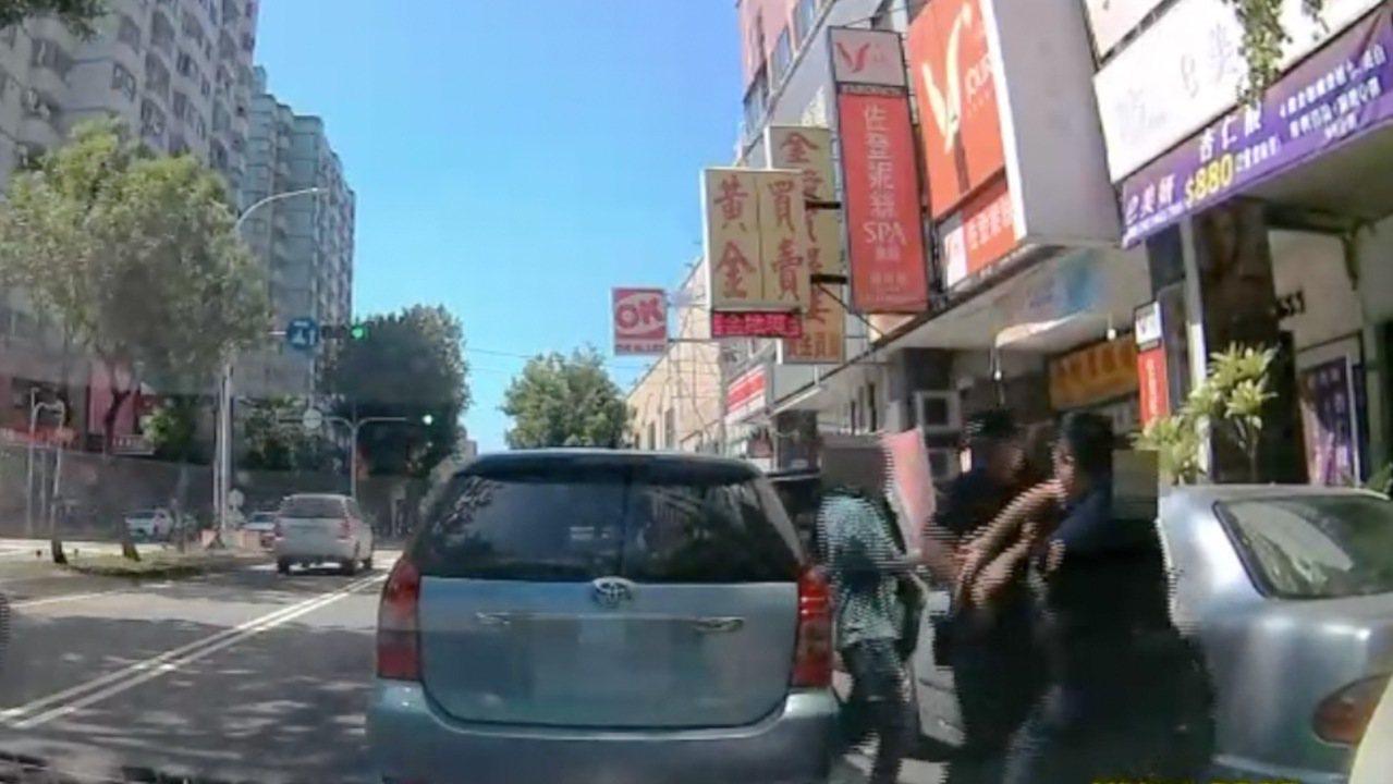 台中市第六警分局永福所昨天下午1時許,巡邏時發現一輛轎車擦撞安全島,循線查獲一名...