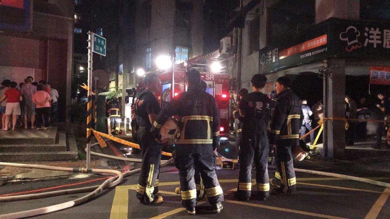 新北市中和區景安路一處民宅3樓昨晚發生一起火警,造成一死一傷,疑似有人為縱火的可...