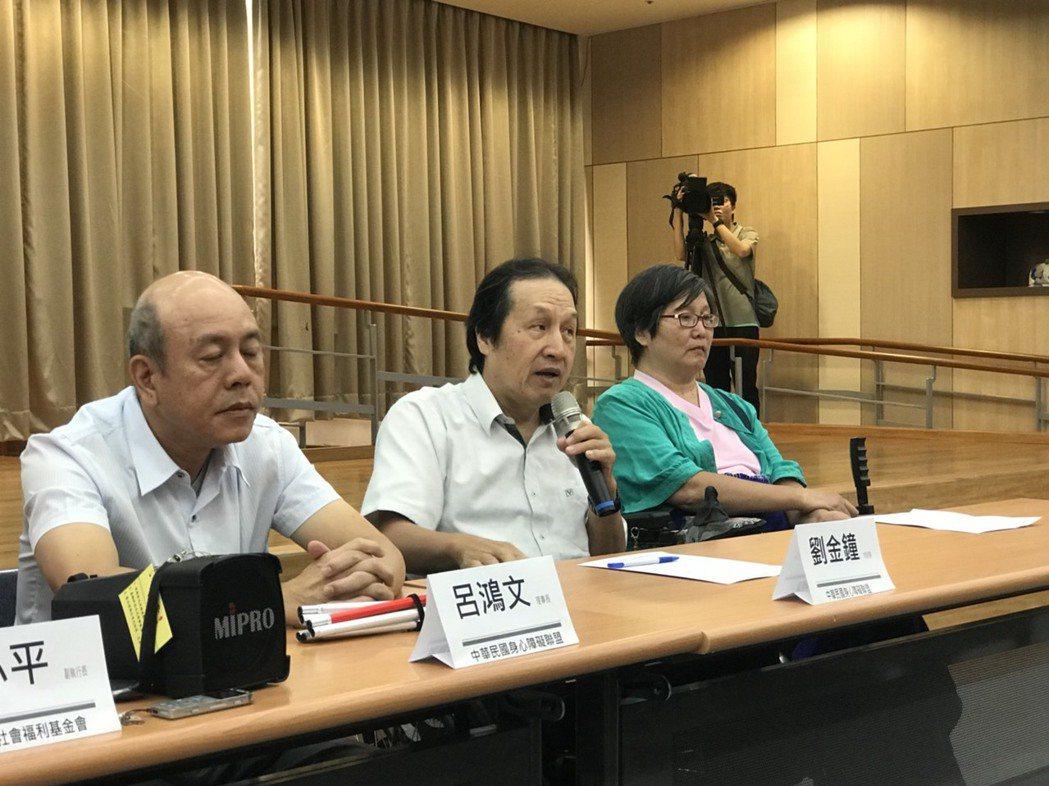 身心障礙聯盟理事長劉金鐘(右二)表示,身心障礙者權益保障法,已規定包括便利商店、...