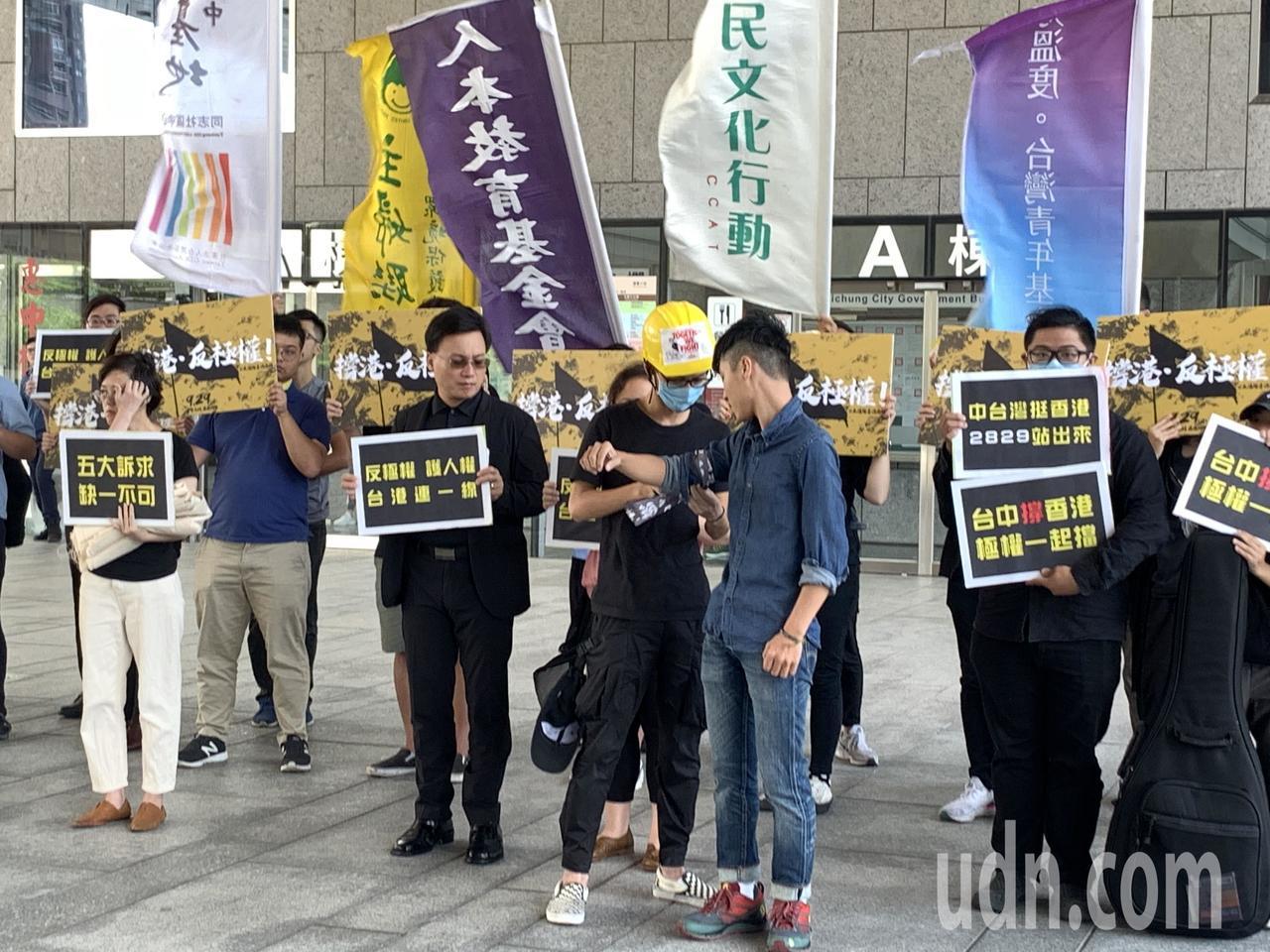 中台灣公民團體今天站出來在市府廣場「撐香港挺反極權」,號召929一起北上,農村武...