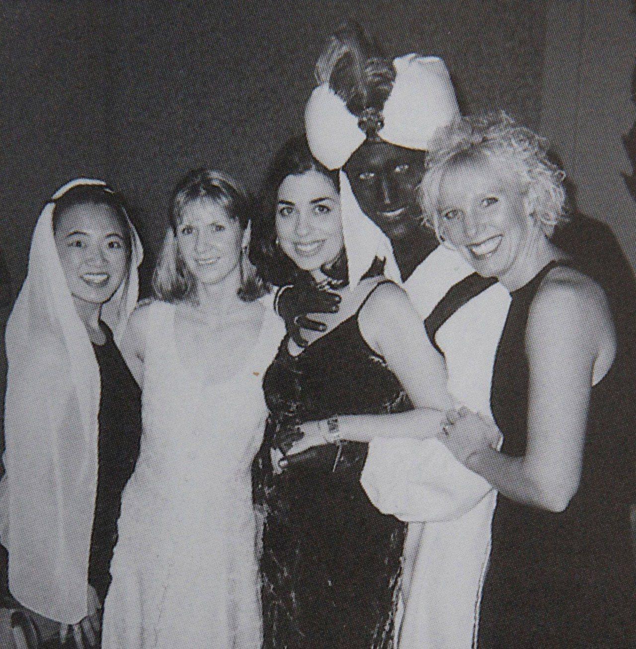 時代雜誌挖出加拿大總理杜魯多一張近20年前的「黑臉照」,當時他出席任職私校的「阿...