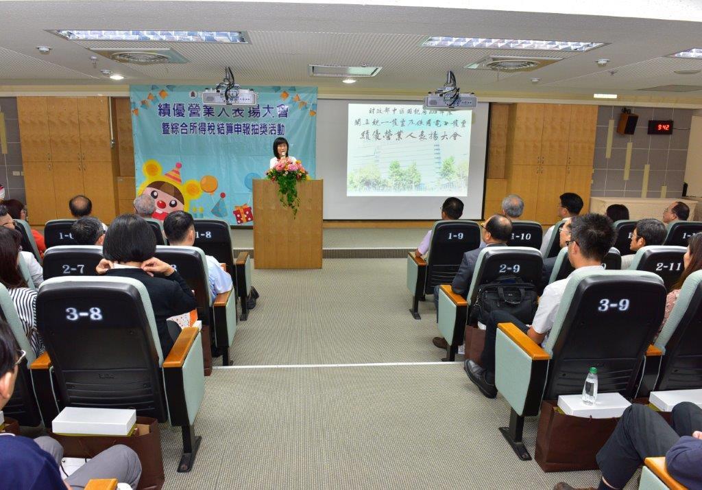 中區國稅局局長宋秀玲祝賀獲獎人事業蒸蒸日上、財源廣進。圖/主辦單位提供