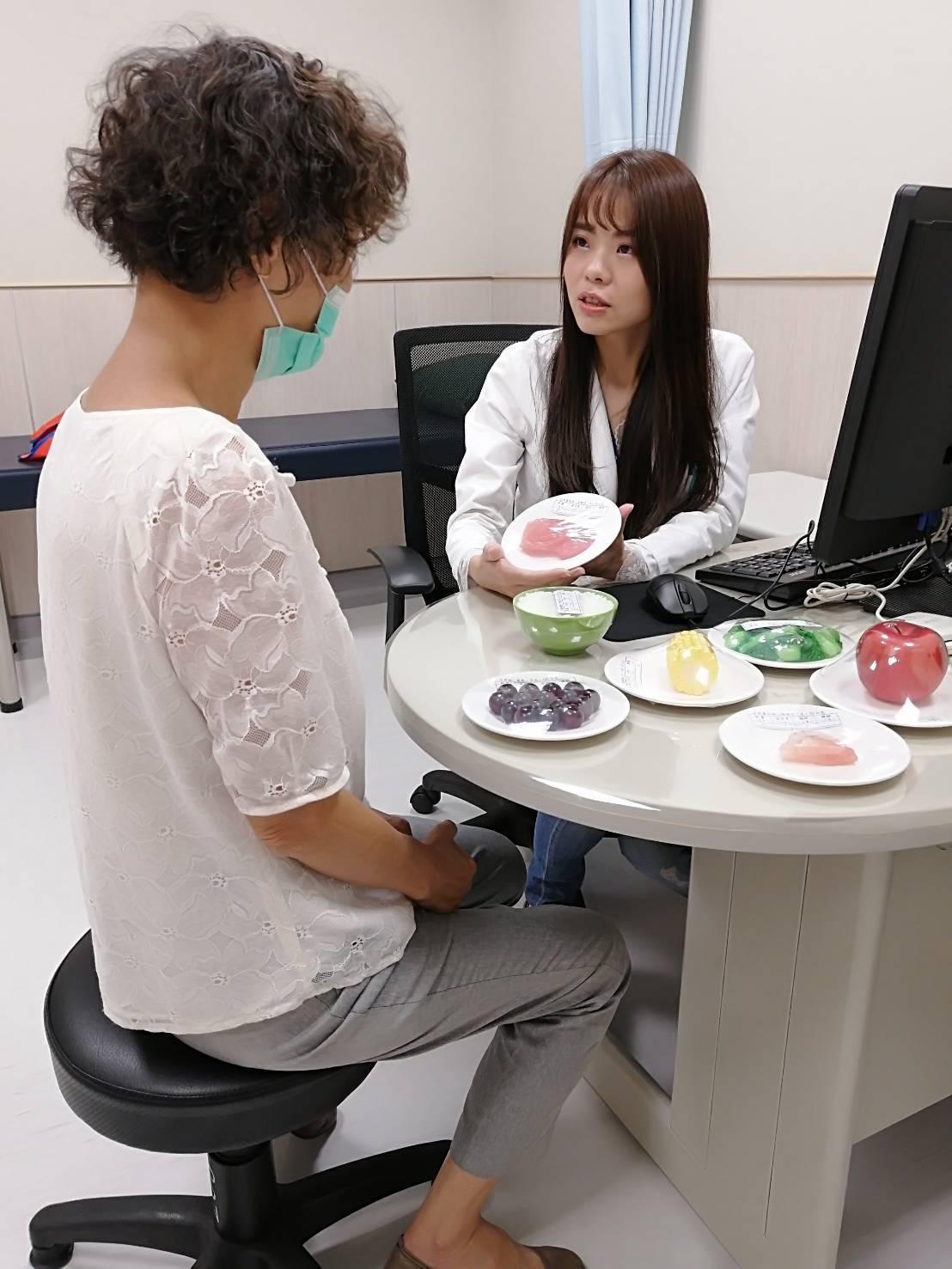 中國醫藥大學新竹附設醫院營養師王依屏表示,臨床上常見癌症病人無法持續治療的原因就...