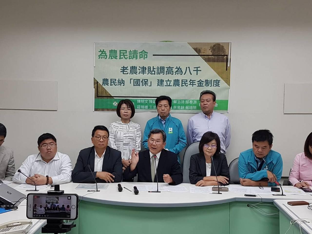 民進黨立委陳明文(左三)等多位農業縣市立委今天舉行記者會,主張CPI為計算依據不...