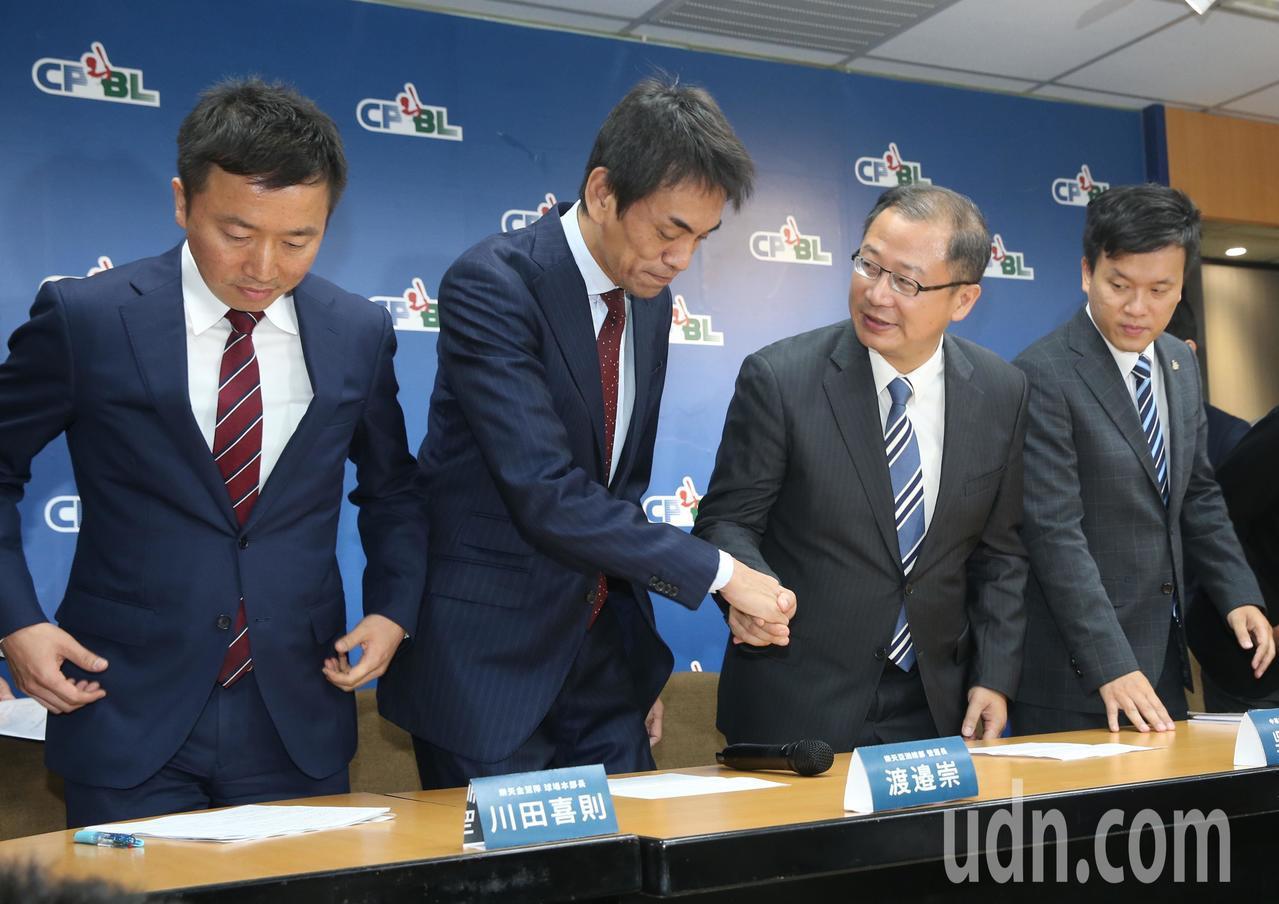 Lamigo桃猿總經理劉玠廷(右一), 樂天亞洲總部營運長渡邊崇(左二)、樂天金...