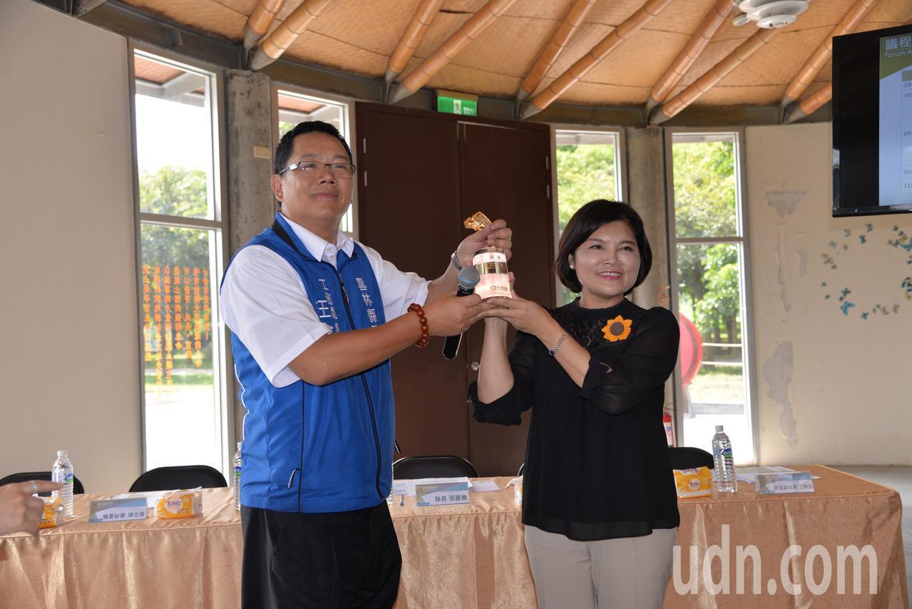 工務處長汪令 堯在主管會報上,將金安獎獻給縣長張麗善。記者蔡維斌/攝影