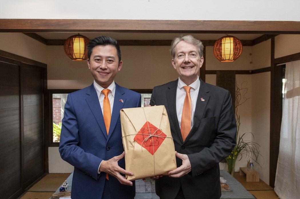 林智堅(左)致贈紀維德(右)米粉禮盒。圖/市府提供
