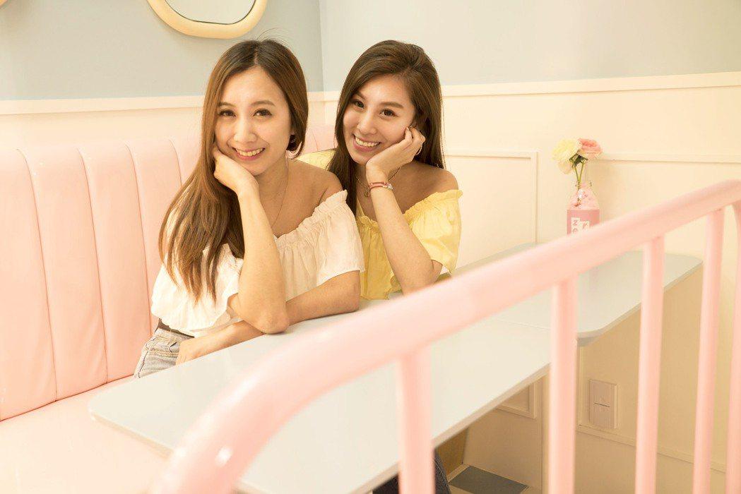 小延(左)和小沛在韓國直播。圖/翰成數位直播提供