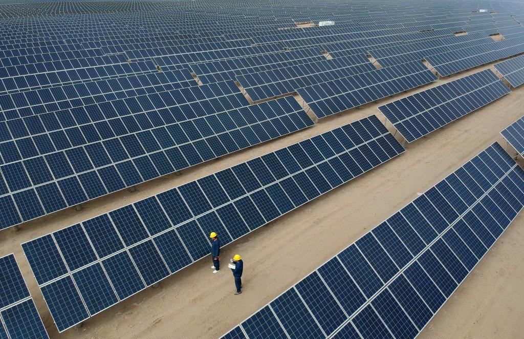 青海省格爾木市一座太陽能發電站宣稱,首次實現太陽能發電電價低於燃煤發電。圖為格爾...