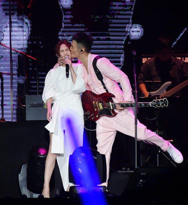 楊丞琳(左)與李榮浩。本報資料照