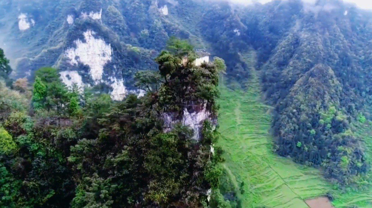 中國貴州省五峰嶺有著一間數百年前就已經蓋成的土地公廟,占地不超過6平方公尺,就蓋...