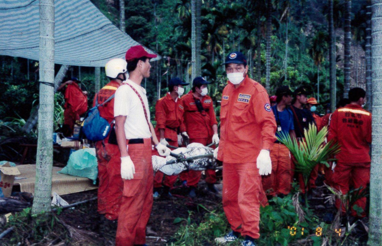 張鳳祈(右)十分熱心,長年投入救災工作。圖/慈濟大學提供