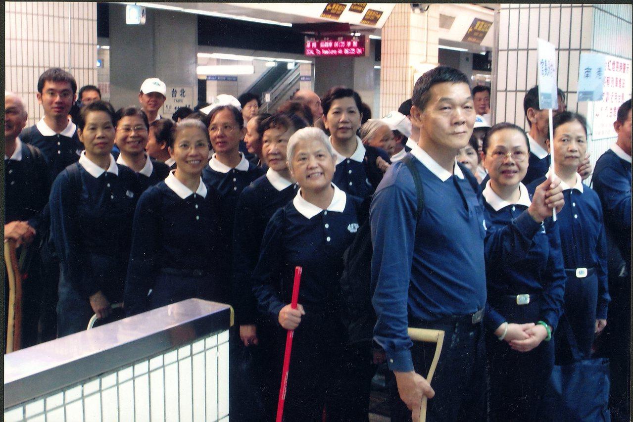 張鳳祈(前)十分熱心,長年投入救災工作,也是慈濟志工。圖/慈濟大學提供