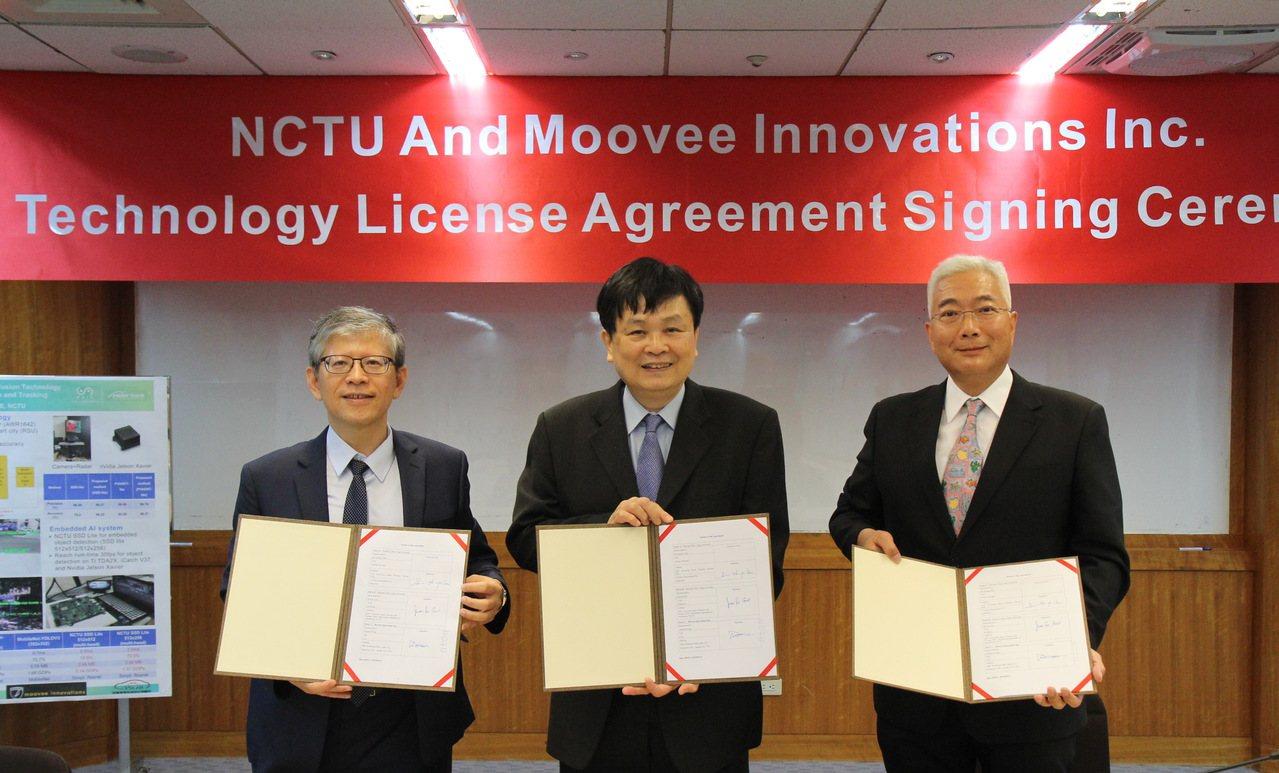 郭峻因教授(左起)、陳信宏代理校長、加拿大移動創新公司CEO Wong Dona...