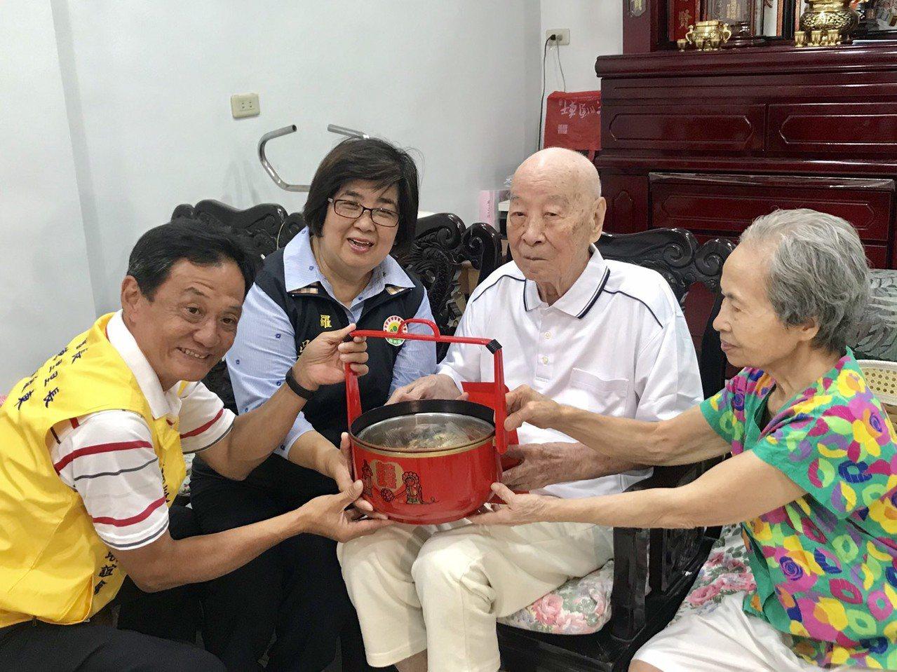 羅東鎮長吳秋齡(左2)今天親訪百歲人瑞,送禮賀節。圖/宜蘭縣羅東鎮公所提供