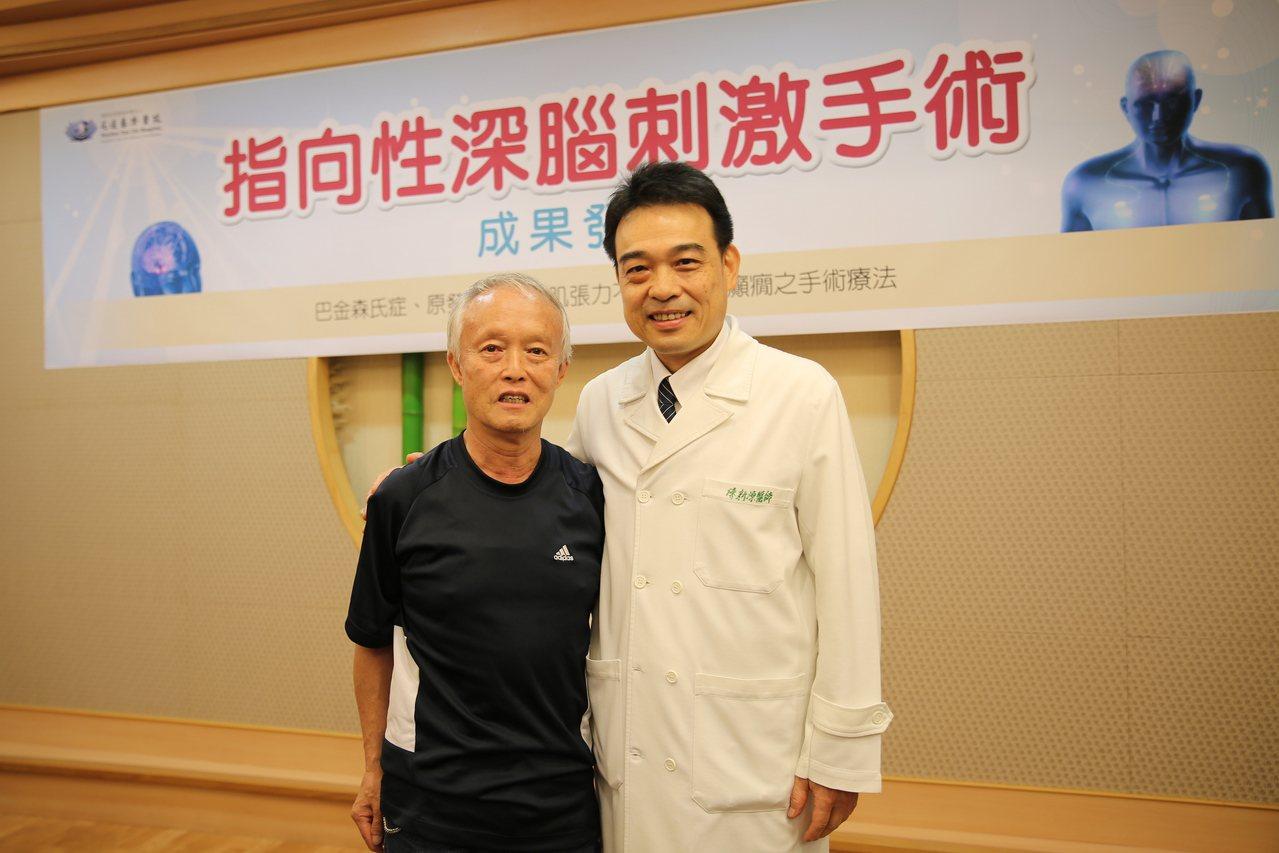 64歲楊先生(左)罹患巴金森氏症30年,感謝花蓮慈濟醫院神經功能科主任陳新源(右...