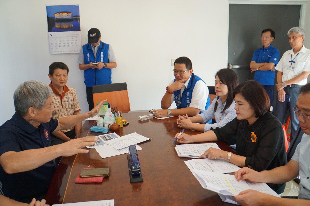 雲林縣長張麗善(右二)今天到訪日統客運。記者李京昇/攝影