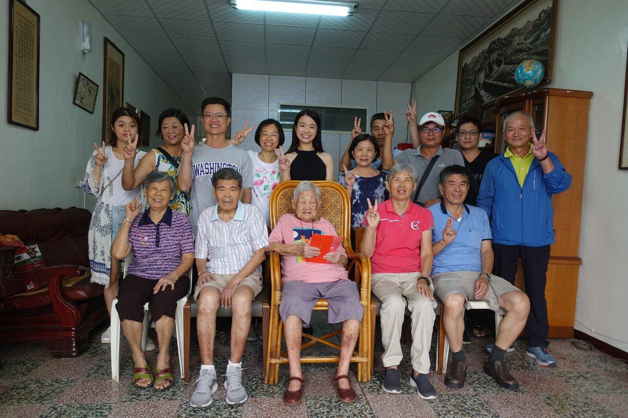 苗縣第二年長107歲陳蕭曲妹(前排中),四代同堂,身體硬朗,生活可自理,每天可以...