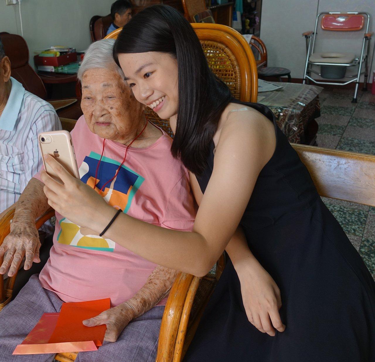 苗縣第二年長107歲陳蕭曲妹(左)四代同堂,曾孫女跟她自拍,感情融洽。記者劉星君...