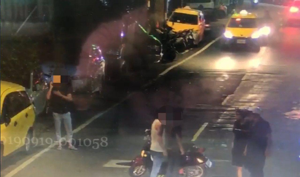 新北市板橋南雅南路昨天深晚發生一起路人與5名機車騎士在街頭起口角糾紛,轄區警方獲...