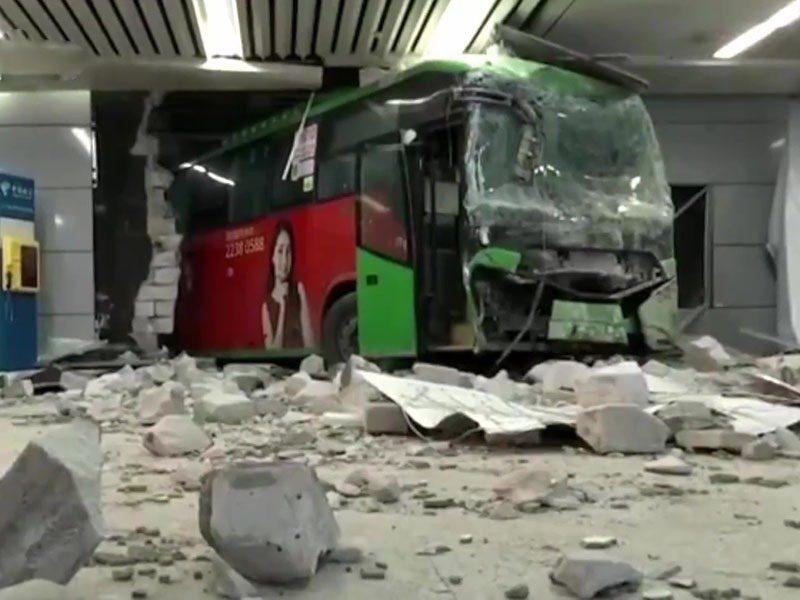 深圳北站一輛巴士撞穿牆身,致乘客受傷。圖/取自網路