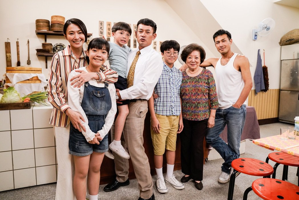 侯怡君(左二)在民視八點檔「多情城市」挑戰演4個孩子的媽  圖 /民視提供