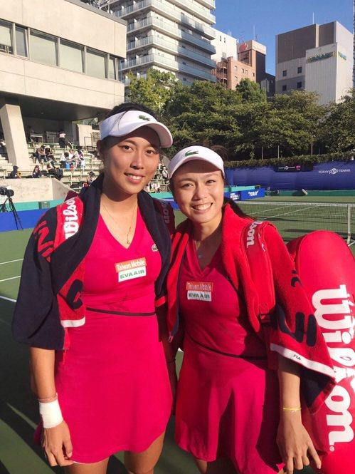 詹皓晴(左)和姊姊詹詠然打進泛太平洋女網賽決賽。 圖/劉雪貞提供