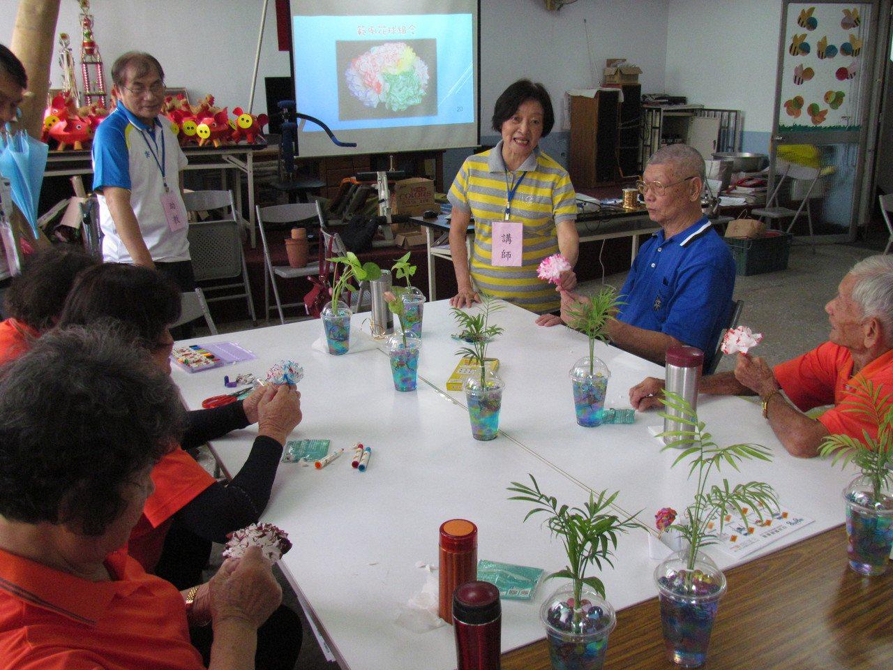 74歲的郭麗華(右三)退休前從事教育訓練及行銷工作,口才便給,熱愛園藝的她化身講...
