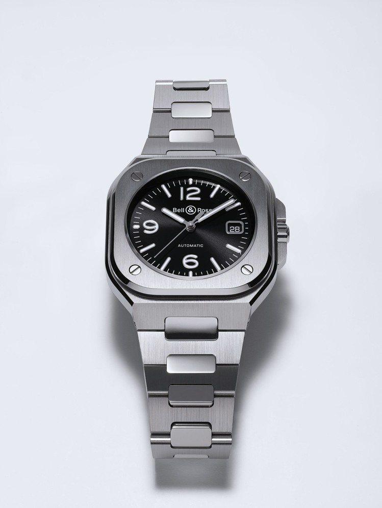 BR05深黑色不鏽鋼表款,售價16萬8,000元。圖/Bell & Ross提供