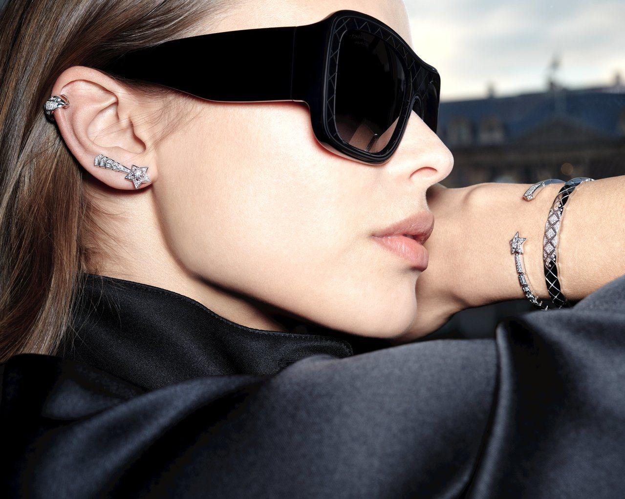 模特兒演繹香奈兒Comète單邊耳環、開放式手鐲、及Coco Crush珠寶。圖...