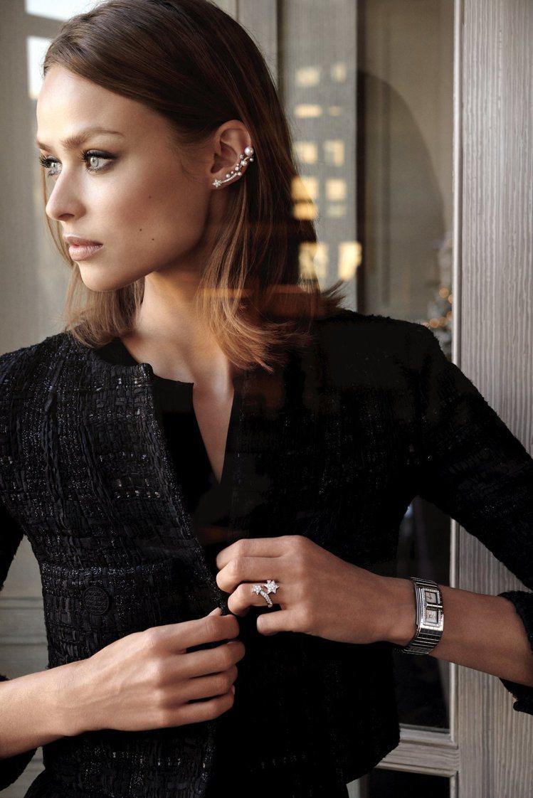 模特兒演繹香奈兒Comète流星系列單邊耳扣、戒指、以及Code Coco腕表。...